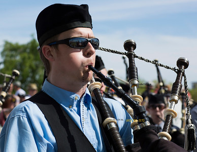 guy playing bagpipes 9210