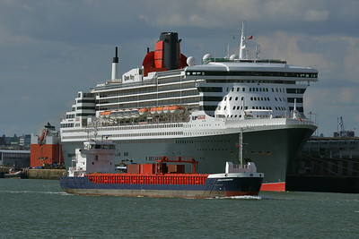HUELIN DISPATCH and QUEEN MARY 2 taken from Hythe Pier on 13 July 2014