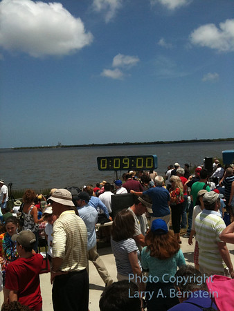 Prelaunch crowd at Banannna Creek viewing site