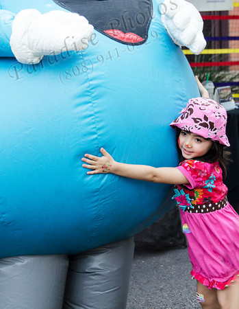 Girl pink hat squeezing balloon man 6603
