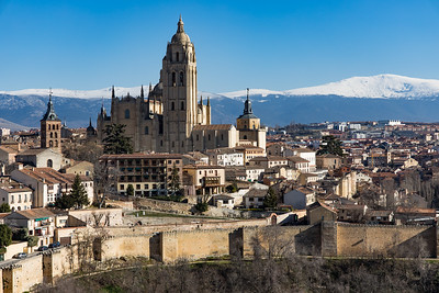 Catedral de Segovia, with snow-capped mountains in the background
