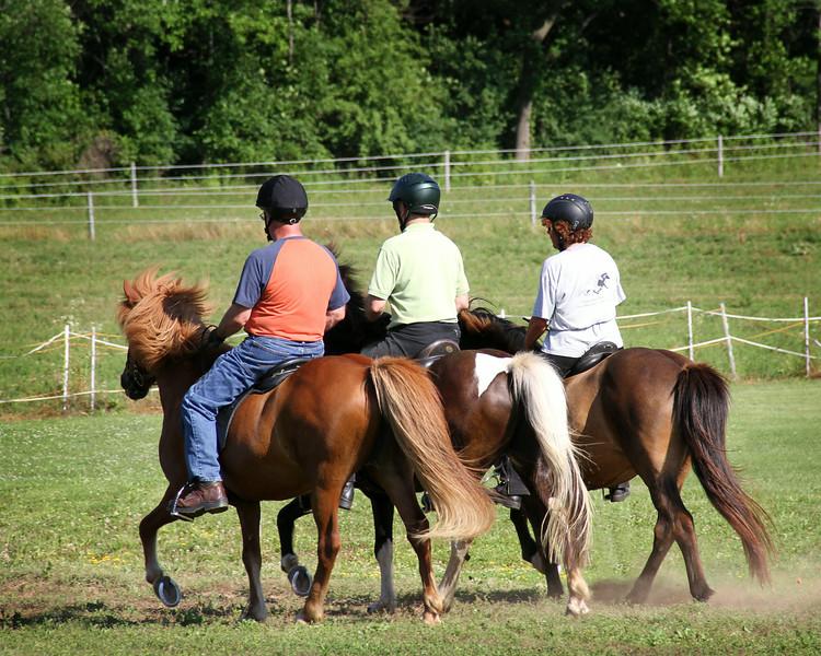 Al Carballo riding Táta frá Glæsibæ, Steven Barber riding Gima frá Ytra-Dalsgerði, and Chris Söffner riding Kinna from Fjalla Vegur
