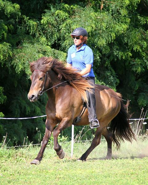 Chris Söffner riding Kinna from Fjalla Vegur