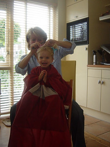 Elly is now our hairdresser. Elise was quite exited to get her hair done by her ;-)