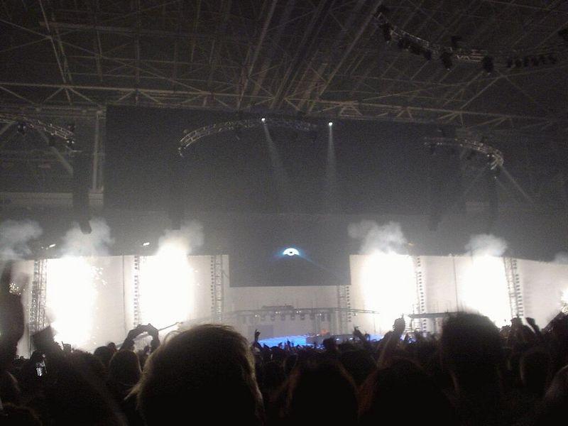 Lot of lights, explosions, smoke... Impressive!