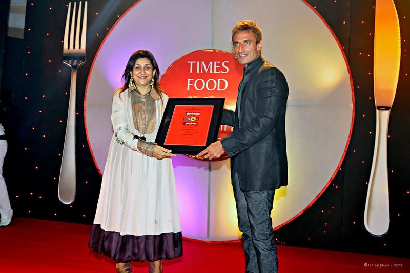 Asha receiving her award from Rahul Dev
