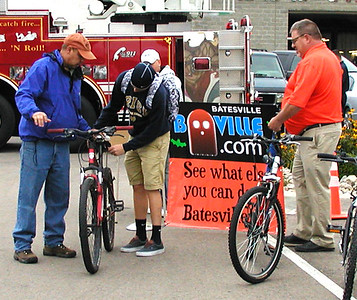 Debbie Blank | The Herald-Tribune Ian Dickey (center), 14, checks out a bike Andy Gutzwiller (left) is trying to sell as Ron Decker watches.