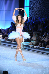 Alessandra Ambrosio     photo by Rob Rich/SocietyAllure.com © 2011 robwayne1@aol.com 516-676-3939