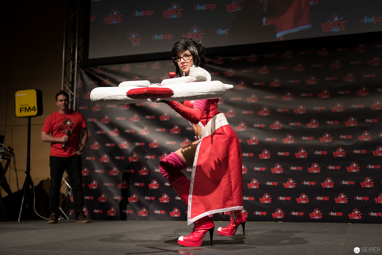 Vienna ComicCon Cosplay Contest 2016 - Heartseeker Wayne from League of Legends/ Needlework, Cosplay: Lucia Saphira