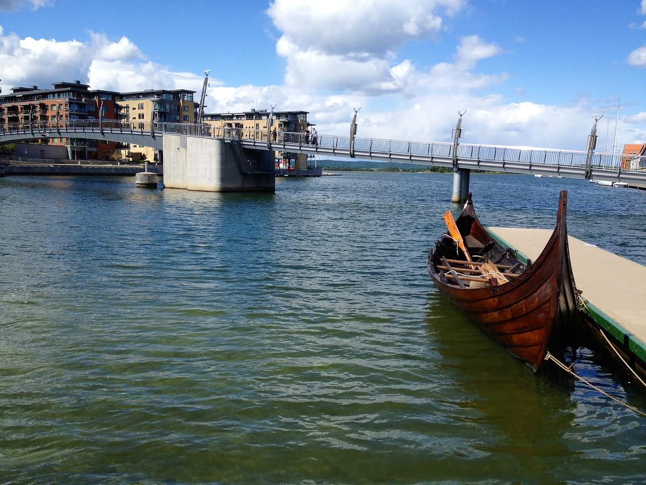 Ein liten kopi av eit Vikingebåt..