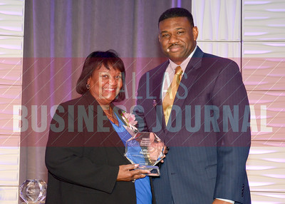 Kevin Davis of TCU's Neeley School of Business gives Lillie Biggins her 2014 Women in Business award.
