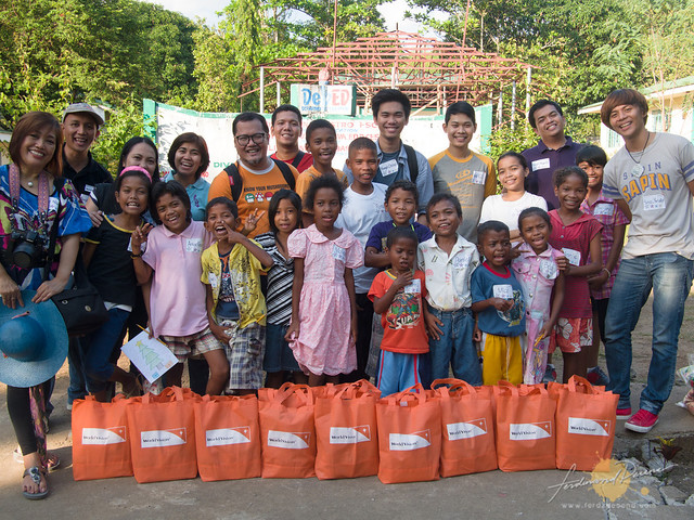 Bloggers with WV sponsored kids receiving their Noche Buena Gifts