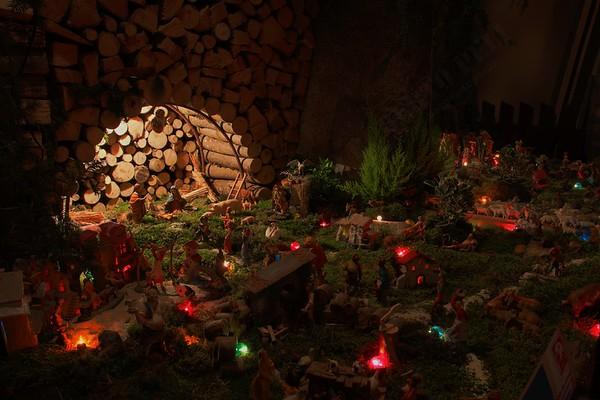 Presepi a Vione (Vione Nativity Scene): into a woodpile.