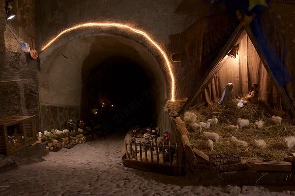 Presepi a Vione (Vione Nativity Scene): cloth & wool made along the alley.