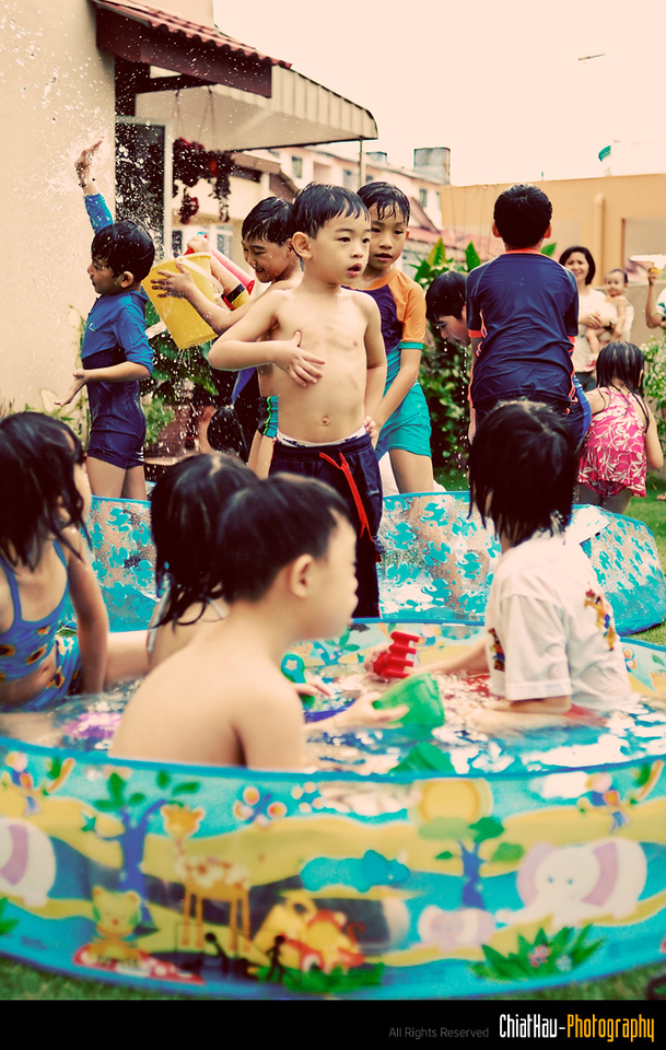 Zhi's rest as well while the heat of the water battle goes on... (at the back...) xO
