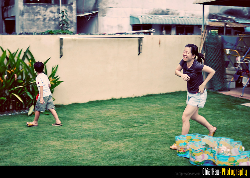 "Sis also enjoy herself (with the kids) running around in the compound... (Gis...) :""P"