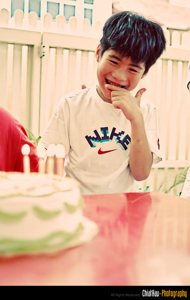 Another 8th years old birthday boy, and he so shy when everybody sang brithday song to him. xD
