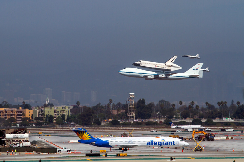 NASA F18/ Escort the Endeavour 300 ft over Runway 25