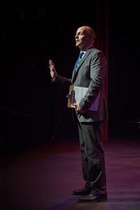 Jeffrey George introducing Coro de Entrevoces at WHAT (© 2012 by Michael and Suz Karchmer)