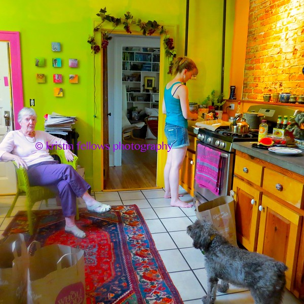 zoUe & mormor in the kitchen