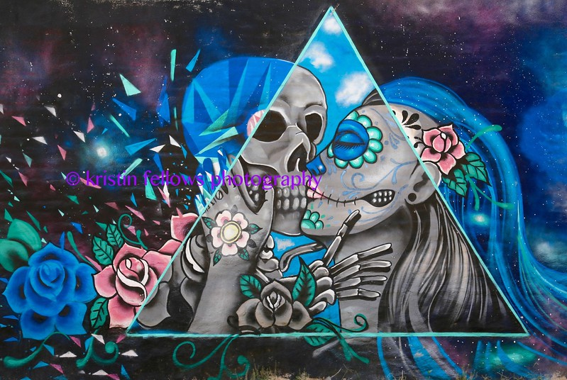 the kiss: arte urbano by mr.skelleton