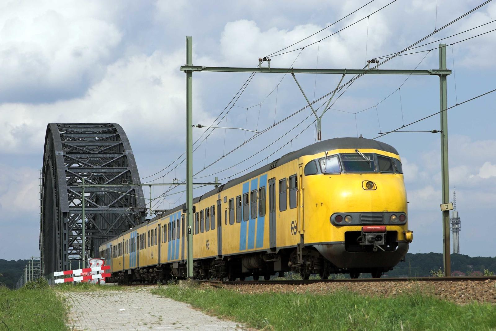 517 Arnhem Spoorbrug 4/6/2007<br /> 3757 1450 Zwolle-Nijmegen