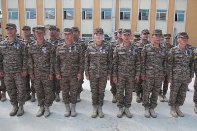 """2019 оны зургаадугаар сарын 18. Исламын Бүгд Найрамдах Афганистан улсад явагдаж буй НАТО-ын тэргүүлсэн """"Шийдвэртэй дэмжлэг"""" ажиллагаанд ХБНГУ-ын Зэвсэгт хүчинтэй хамтран үүрэг гүйцэтгэсэн Монгол Улсын цэргийн багийн 9 дүгээр ээлжийн бие бүрэлдэхүүнд төрийн одон медаль, салбарын шагнал гардуулах ёслолын ажиллагаа өнөөдөр ЗХЖШ-ын жагсаалын талбайд боллоо. Тус шагнал гардуулах ажиллагаанд Батлан хамгаалахын дэд сайд Т.Дуламдорж, ЗХЖШ-ын орлогч дарга хошууч генерал Ж.Бадамбазар болон БХЯ, ЗХЖШ, Хуурай замын цэргийн командлал, Агаарын цэргийн командлалын удирдлага, цэргийн багийн бие бүрэлдэхүүн, тэдний ар гэрийн төлөөлөл нар оролцов. Үйл ажиллагааг нээн ЗХЖШ-ын орлогч дарга хошууч генерал Ж.Бадамбазар цэргийн багийн бүрэлдэхүүнийг угтан авч баяр хүргэлээ. Мөн энэ үеэр 9 дүгээр ээлжийн цэргийн багийн ахлагч ЗХ-ний 120-р ангийн Захирагчийн нэгдүгээр орлогч, штабын дарга дэд хурандаа Б.Даваа-Очир """"Монгол Улсын Зэвсэгт хүчний хуулиар хүлээсэн үндсэн чиг үүргийн хүрээнд даян дэлхийн энх тайван аюулгүй байдлыг сахин хамгаалах, бэхжүүлэх үйлсэд """"Эх орон хэмээх малгайтай, """"Монгол Улс"""" хэмээх овогтой нэгэн сэтгэлээр ажиллагааны газар оронд үүргээ амжилттай гүйцэтгээд ирлээ. Монгол Улс төр засаг энхийн үйлсэд хүчин зүтгэж, төр түмнийхээ итгэл найдвар, эх орныхоо захиас даалгаврыг нэр төртэй биелүүлсэн энхийг сахиулагч дайчдын маань хөдөлмөр зүтгэлийг өндрөөр үнэлж, төрийн одон медалиар шагнаж байгаад энхийг сахиулагчдынхаа өмнөөс талархаж байна. Монгол цэргийн сүлд, хийморь үеийн үед мандан бадраг"""" гэсэн юм.  Дараах цэргийн алба хаагчдад одон медаль гардууллаа. Үүнд ЗХ-ний 330-р ангийн салааны захирагчийн орлогч, сургагч ахлагч З.Эрхэмбаярыг """"Цэргийн гавьяаны одон""""-оор, ЗХ-ний 120-р ангийн Захирагчийн нэгдүгээр орлогч, штабын дарга дэд хурандаа Б.Даваа-Очир, ЗХ-ний 284-р ангийн Байрзүйн хөдөлгөөнт тасгийн дарга, хошууч Б.Хулангоо, мөн тус ангийн механик жолооч ахлах ахлагч Ц.Нэргүй, ЗХ-ний 124-р ангийн Удирдлагын байрны бүлгийн дарга, ахлах дэслэгч С.Пүрэвбаатар, ЗХ-ний 150-р анг"""