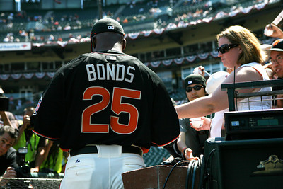 Barry Bonds signs autographs for the public during batting practice.