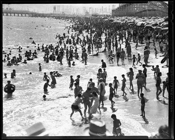 Record beach crowd at Santa Monica and Long Beach, 1957