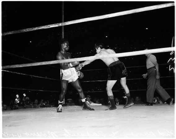 Boxing - Hogan Kid Bassey versus Ricardo Pajarito Moreno. Featherweight Championship - Wrigley Field, 1958