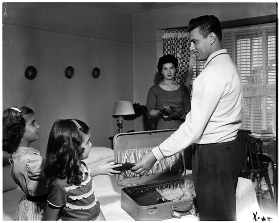 Gino Cimoli at his home with family, 1958