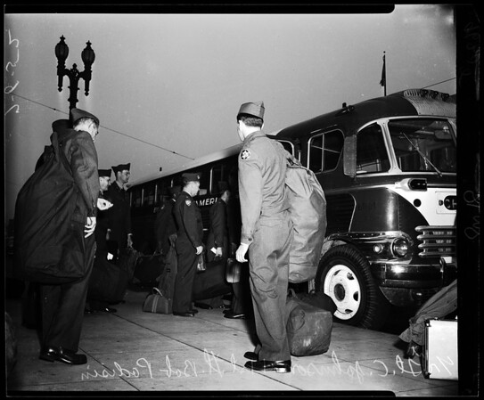 Reserve Officers leave for two weeks training (U.S. Army), 1952