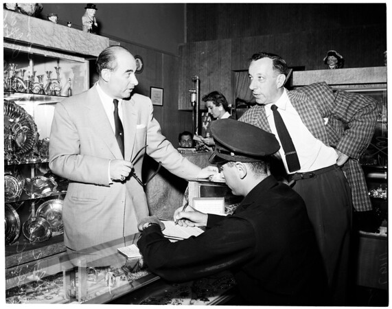 Jewelry store holdup at 5366 Wilshire Boulevard, 1954