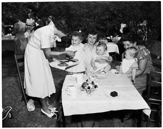 Baby party at Pasadena Women's Hospital, 1952