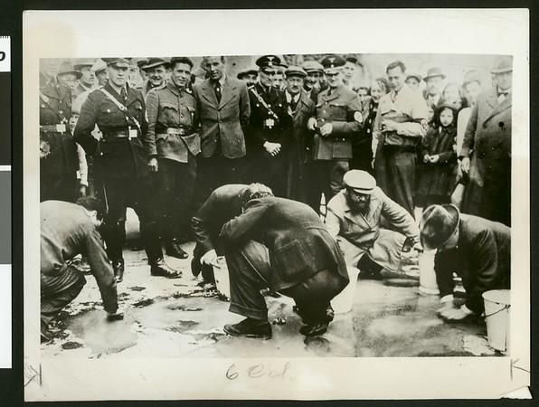 """Jews scrub Vienna streets in Nazi """"purge"""", 1938"""