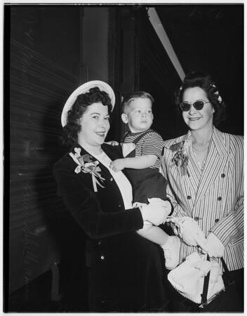 Medal of honor winner's wife arrives, 1951