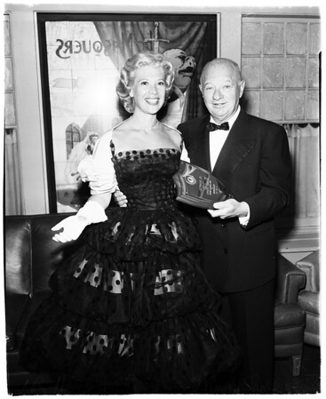 Dinah Shore presented with plaque, 1958
