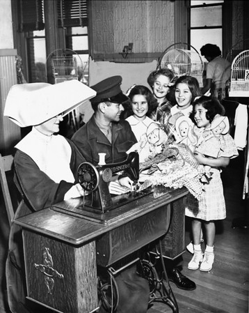 Sister Josephine and Sergeant Leo T. Batt with orphans at the Los Angeles Orphanage, 1950