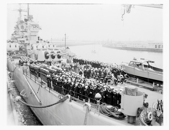 Cruiser Los Angeles arrives in port, 1951