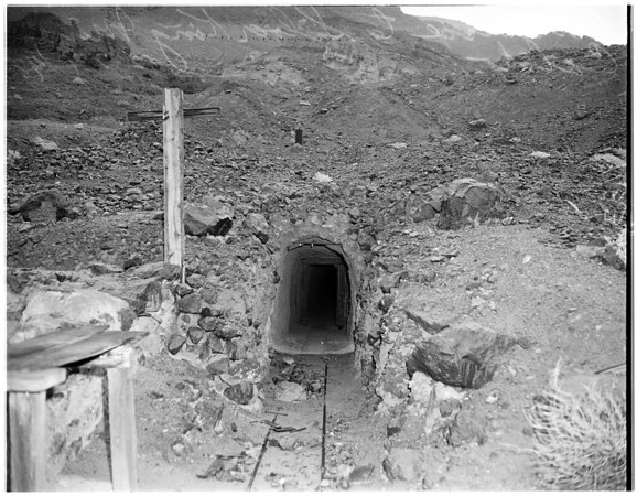 Mining in southern California (Calico Mountain mines in Yermo), 1948