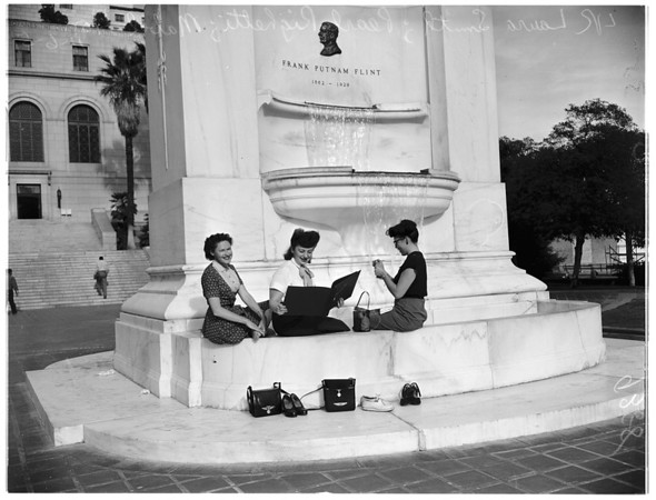 Hot weather picture at City Hall Park, 1951
