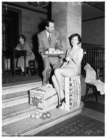 Orange Queen at Advertising Club luncheon, 1952