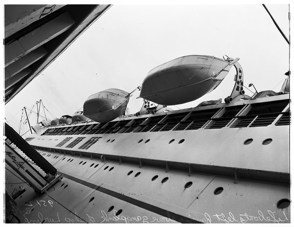 """S. S. """"Lurline"""" has union trouble ...lifeboats left hanging above gangplank by sailors in union jurisdictional dispute prevent passengers from boarding ship for half hour, 1952"""