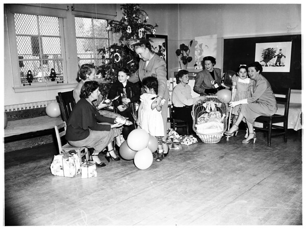 Hollywood Auxiliary to Children's Hospital gives Christmas party for kids, 1951
