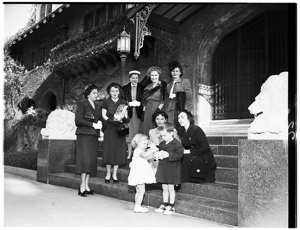 March of Dimes planning committee meets at home of Countess Doheny, 1951