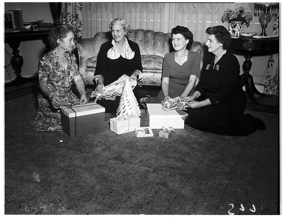 Carthay Women's Club prepares for Christmas party, 1951