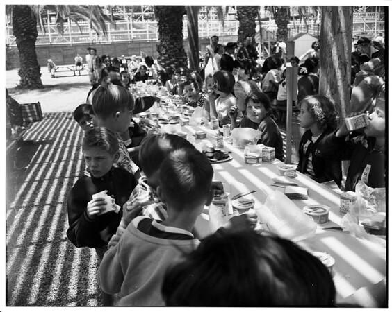 Orphans' picnic, Long Beach, 1952