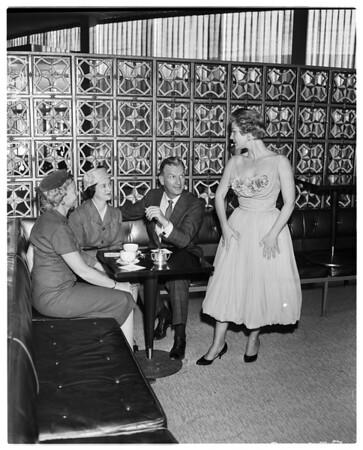 Pi Beta Phi alumnaes plan fashion luncheon, 1958