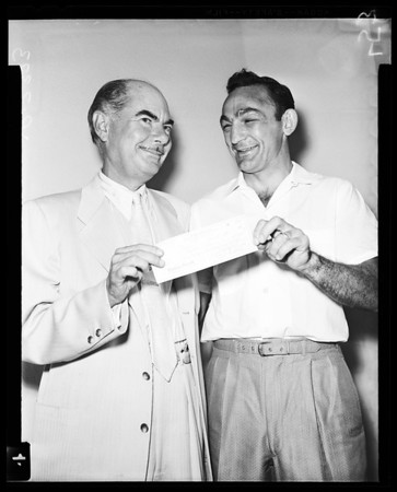 Boxing Basilio receives check 60,000 dollars, 1958