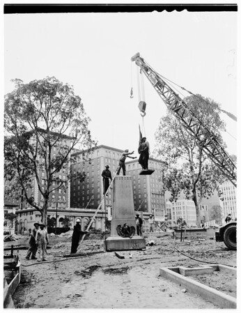Pershing Square (Putting up statues), 1952